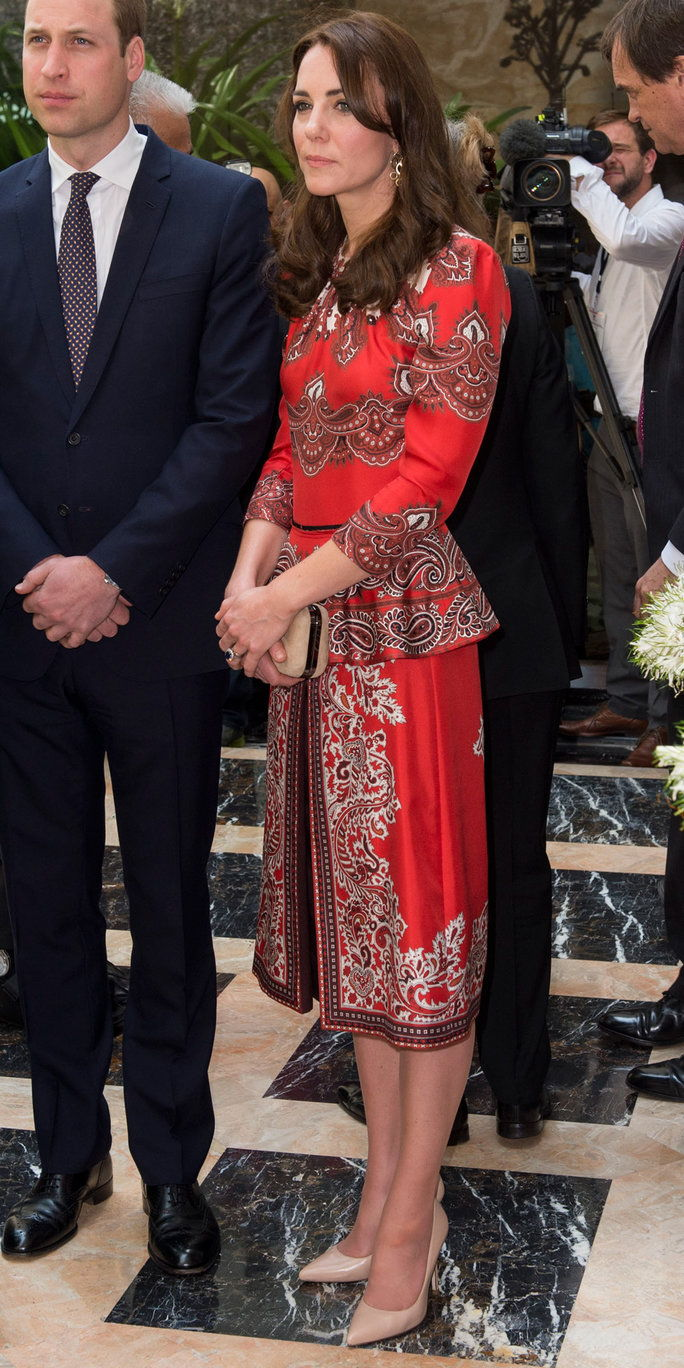 凯瑟琳, Duchess of Cambridge and Prince William, Duke of Cambridge lay a wreath at Taj Hotel, scene of Mumbai terror attacks on April 10, 2016 in Mumbai, India.