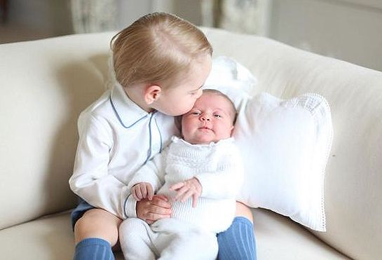 Prinsesse Charlotte Gets a Kiss from Prince George